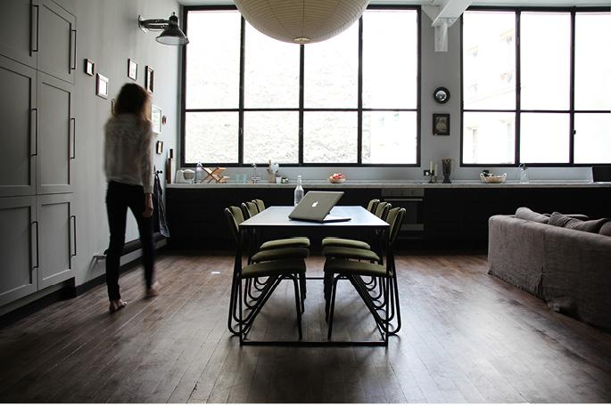 Un appartamento in stile postindustriale in pieno centro a for Case arredate moderne foto