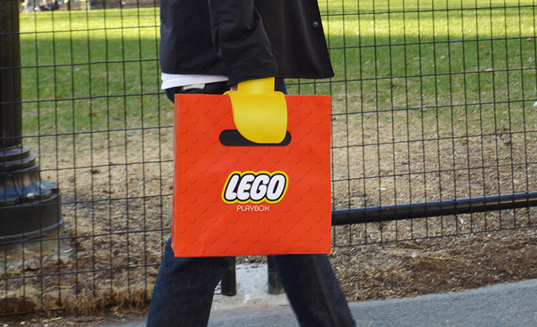Una shopping bag sostituisce le tue mani con quelle dei Lego